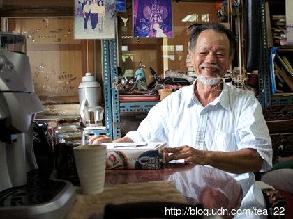《中寮DOC,南鄉咖啡園》被鵝群看守的咖啡園中,隱居著二位奇人。